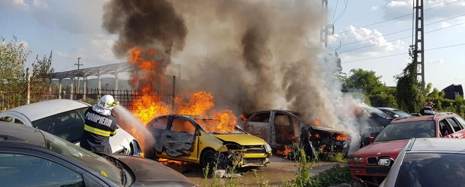 Mai multe autoturisme au luat foc într-un parc de dezmembrări auto din Mediaș