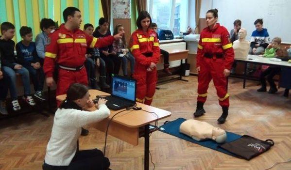 Lecție de prim-ajutor oferită elevilor de paramedicii ISU Sibiu
