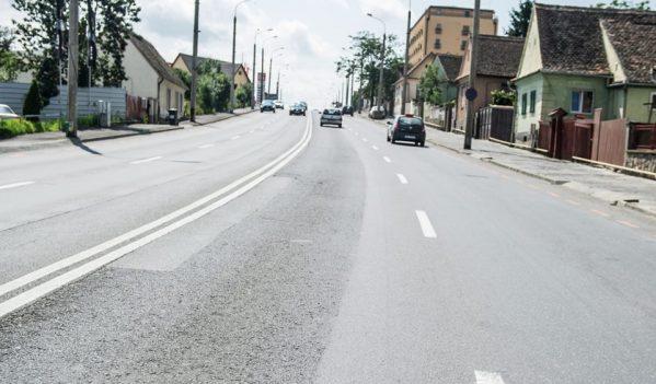 Lucrările de reparații începute pe șoseaua Alba Iulia din Sibiu continuă