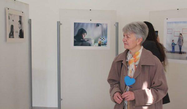 """Epoziția """"Aproape"""" vernisată în Sibiu, cu ocazia Zilei internaționale de conștientizare a autismului"""