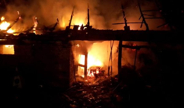Un trăsnet a declanșat un incendiu la o șură din localitatea Dealul Frumos